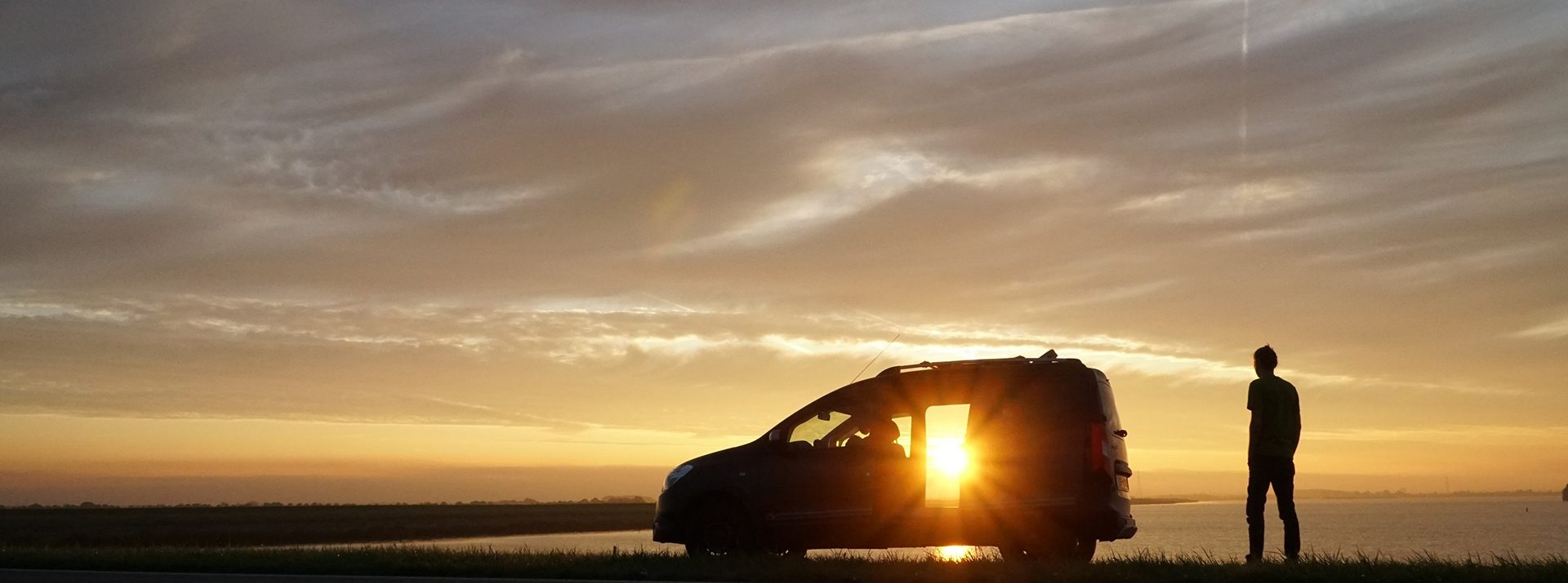 Dacia Dokker zonsondergang sfeerfoto zijkant