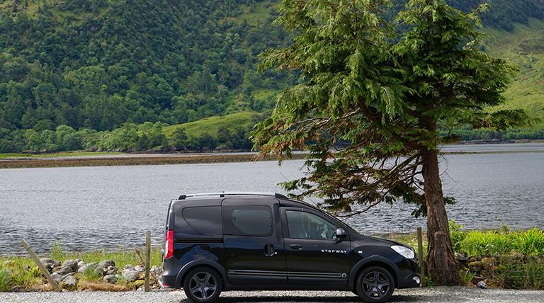 Dacia Dokker aan het water